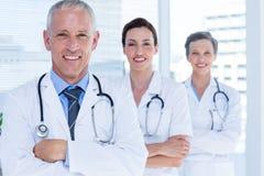 Portrait de trois collègues médicaux de sourire avec des bras croisés Photographie stock