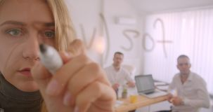Portrait de trois collleagues fonctionnant ensemble dans le bureau à l'intérieur Idées d'écriture de femme d'affaires sur l'écran banque de vidéos