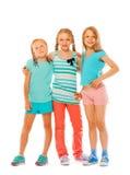 Portrait de trois filles heureuses étreignant ensemble Photos stock
