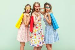 Portrait de trois filles de merveille avec des paquets et de nouveaux vêtements Images libres de droits