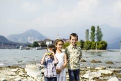 Portrait de trois frères et de soeur d'enfants dans extérieur sur Images stock