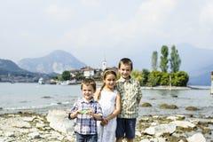 Portrait de trois frères et de soeur d'enfants dans extérieur sur Photographie stock