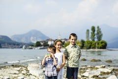 Portrait de trois frères et de soeur d'enfants dans extérieur sur Images libres de droits