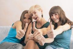 Portrait de trois jeunes dames avec des accolades de dents ensemble dans Hom Photographie stock libre de droits