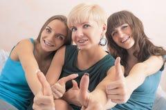 Portrait de trois jeunes dames avec des accolades de dents ensemble dans Hom Image libre de droits