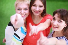 Portrait de trois jeunes femmes, se tenant ensemble Photo libre de droits