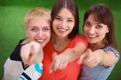 Portrait de trois jeunes femmes, se tenant ensemble Images stock