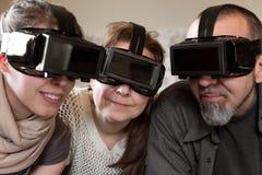 Portrait de trois personnes avec des verres de vr photographie stock libre de droits