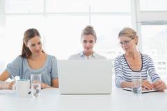Portrait de trois personnes travaillant dans le bureau images stock