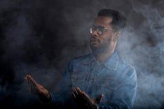 Portrait de type africain dans la veste de denim dans l'obscurit? images stock