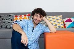 Portrait de type caucasien de hippie avec la barbe à la maison Photographie stock