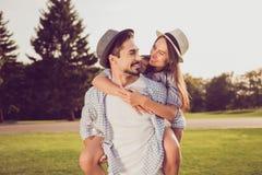 Portrait de type châtain barbu romantique mignon dans la chemise à carreaux, Photos stock