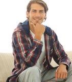 Portrait de type moderne se reposant sur le sofa Photo libre de droits