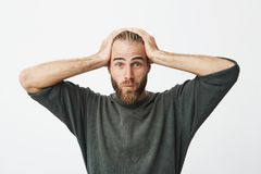 Portrait de type suédois beau avec les cheveux à la mode et la barbe étant choqués après l'audition combien son épouse a dépensé  Image libre de droits