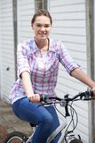 Portrait de vélo d'équitation d'adolescente dans l'environnement urbain Photos libres de droits