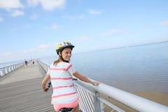 Portrait de vélo d'équitation de jeune femme Photos stock