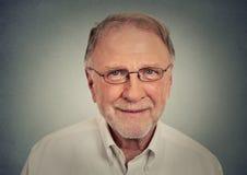 Portrait de vieil homme heureux avec des verres photo libre de droits
