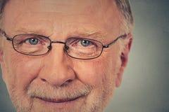 Portrait de vieil homme heureux avec des verres photo stock
