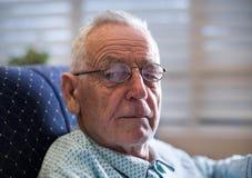 Portrait de vieil homme sur le sofa Image libre de droits