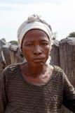 Portrait de vieille femme froissée derrière la porte de son village Photographie stock libre de droits