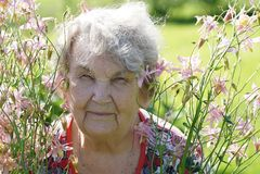 Portrait de vieille femme de sourire en parc Images stock