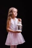 Portrait de vieille fille de cinq ans avec un chandelier Image libre de droits