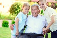 Portrait de vieux grand-père heureux et d'enfants mignons Photos stock