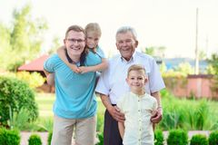 Portrait de vieux grand-père heureux et d'enfants mignons Photo libre de droits