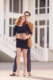 Portrait de ville des jeunes couples dans l'amour un jour ensoleillé Image libre de droits