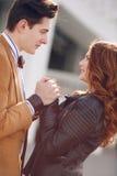 Portrait de ville des jeunes couples dans l'amour un jour ensoleillé Photo stock