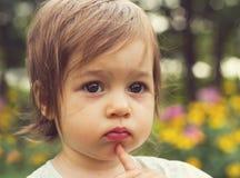 Portrait de vintage d'enfant mignon pensant au parc Photographie stock libre de droits
