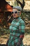 Portrait de vintage de femme blonde tatouée avec la robe et le Sunglas Image stock