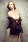 Portrait de vintage de la pose rousse fascinante de fille (de gingembre) Image stock