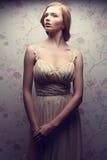 Portrait de vintage de la rétro pose comme une poupée fascinante de fille Images stock