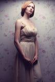 Portrait de vintage de la rétro pose comme une poupée fascinante de fille Photo libre de droits