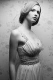 Portrait de vintage de rétro fille comme une poupée fascinante Images stock