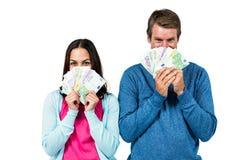 Portrait de visage de dissimulation de couples avec l'argent Photo libre de droits