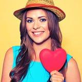 Portrait de visage de femme coeur modèle de rouge de participation Photos stock