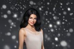 Portrait de visage de neige d'hiver de femme de beauté Belle fille de modèle de station thermale photos libres de droits