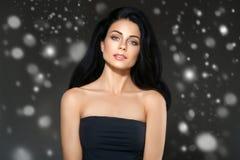 Portrait de visage de neige d'hiver de femme de beauté Belle fille de modèle de station thermale photos stock