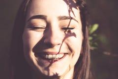Portrait de visage de plan rapproché de jeune femme dans les bois image libre de droits
