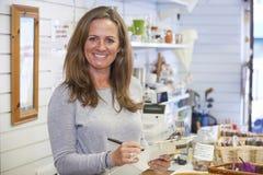 Portrait de volontaire travaillant dans la boutique de charité Image stock