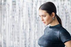 Portrait de vue de côté de belle femme sûre avec l'espace de copie Image stock