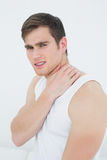 Portrait de vue de côté d'un jeune homme souffrant de la douleur cervicale Images libres de droits