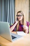 Portrait de vue de côté de la jeune femme d'affaires ayant l'appel d'affaires dans le bureau Femme parlant au téléphone portable, Image stock