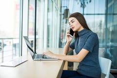 Portrait de vue de côté de la jeune femme d'affaires ayant l'appel d'affaires dans le bureau Femme parlant sur le téléphone porta Photo libre de droits