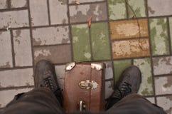 Portrait de vue de côté du voyageur masculin se tenant prêt la rue avec la valise Image libre de droits