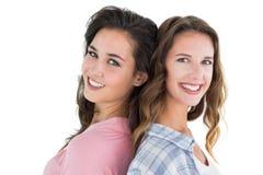 Portrait de vue de côté de deux jeunes amis féminins heureux Photo libre de droits