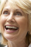 Portrait der älteren Frau glücklich lächelnd Lizenzfreie Stockfotografie