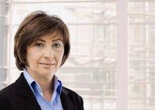 Portrait der älteren Geschäftsfrau lizenzfreies stockfoto